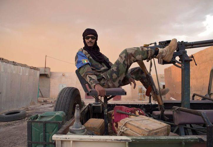 Un integrantes de los tuareg, principal organización del Movimiento Nacional de Liberación del Azawad, patrulla en Kidal, Mali.(Archivo/EFE)