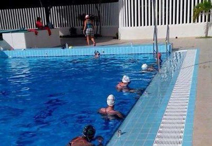 Las seleccionadas realizan parte de sus entrenamiento en la alberca olímpica del Colegio Boston. (Redacción/SIPSE)