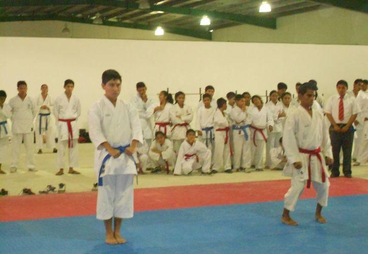 En este primer visoreo participaron karatecas de Playa del Carmen, Chetumal, Cozumel y Benito Juárez. (Raúl Caballero/SIPSE)