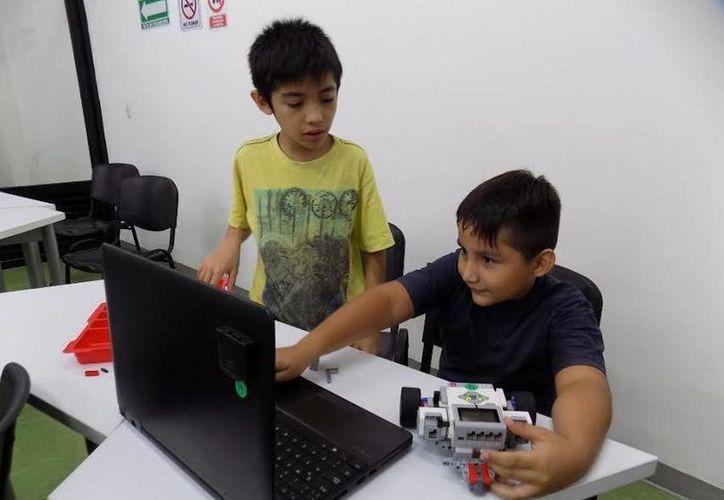 Niños y adultos podrán aprender de robótica de forma gratuita con clases muestra de la SCT. (Foto cortesía del Gobierno estatal)