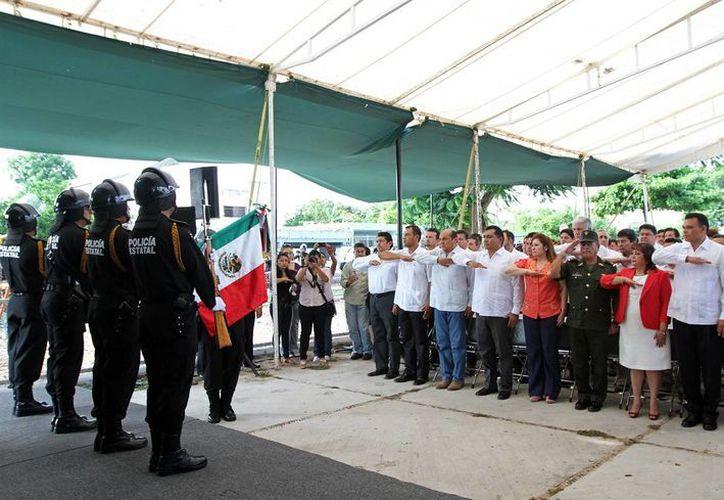 Los asistentes colocaron una ofrenda floral en el parque de la colonia Hidalgo, al poniente de Mérida. (Cortesía)