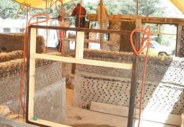El modelo de casas con PET consiste en apilar las botellas rellenas, de manera que se puedan hacer muros. (Foto: Twitter)