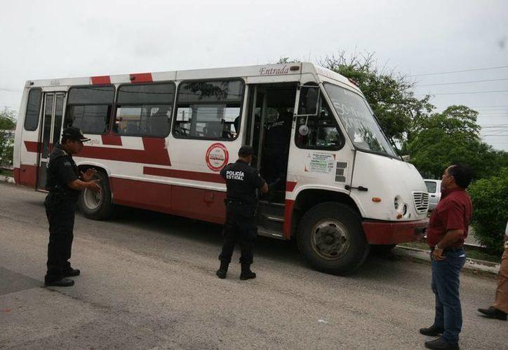 Una pasajera se convirtió en heroína al controlar el autobús después de que el chofer murió al volante del camión. (Jorge Sosa/SIPSE)