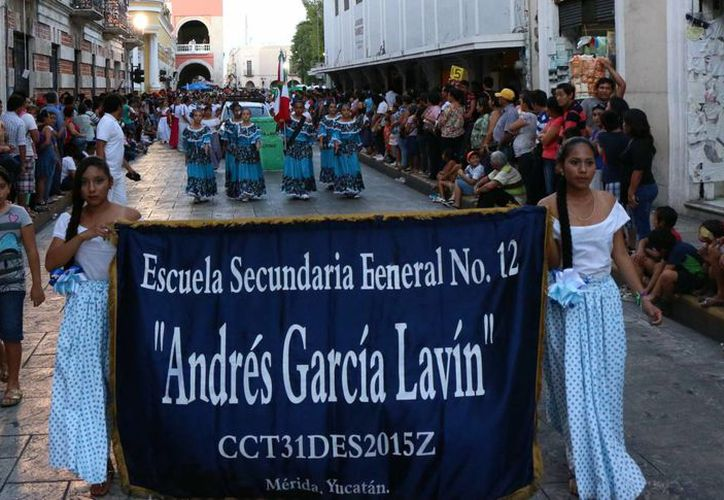 La Escuela Secundaria Federal número 12, Andrés García Lavín, estuvo presente, como muchas otras, en el desfile cívico-deportivo alusivo a la Revolución Mexicana. (SIPSE)
