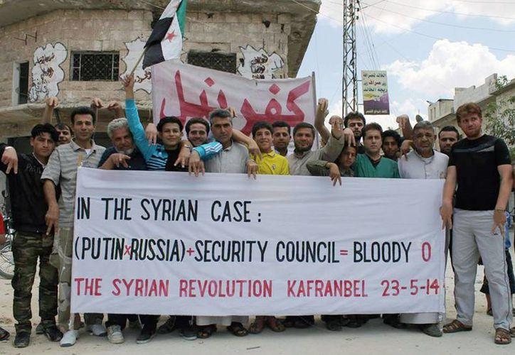Manifestantes antigubernamentales se pronuncian en el pueblo de Kafr Nabil, provincia de Idlib, al norte de Siria. (Foto: AP)