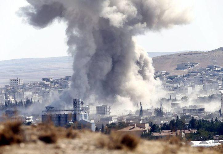 Columna de humo tras un bombardeo aéreo en el oeste de Kobani, Siria. (EFE/Archivo)