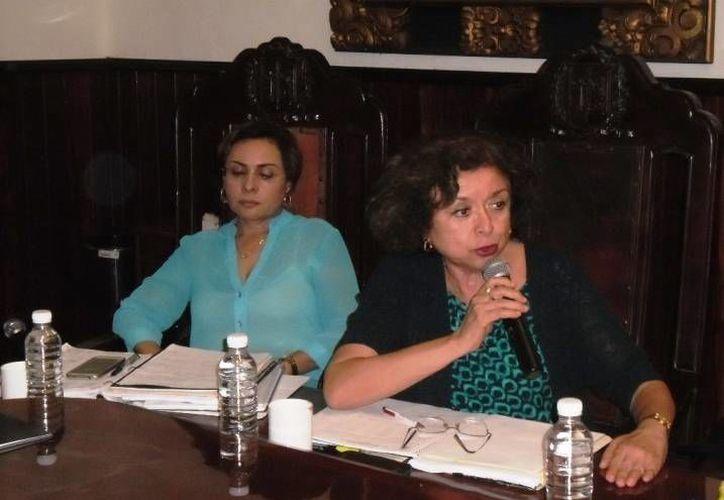 Lolbé Carrillo (d), regidora de Acción Nacional, dijo que desde inicios de 2013 la Subdirección de Proveeduría transmite en vivo cada uno de los eventos de licitaciones públicas y concursos por invitación. (Cortesía)
