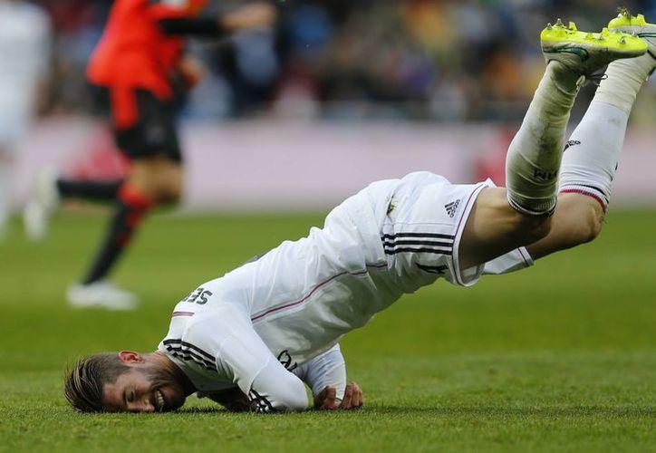 Aunque el marcador diga lo contrario, el partido entre Real Sociedad y Real Madrid fue muy disputado. Aquí aparece Sergio Ramos. (Foto: AP)