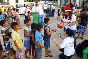 Santa Claus reparte felicidad a niños yucatecos