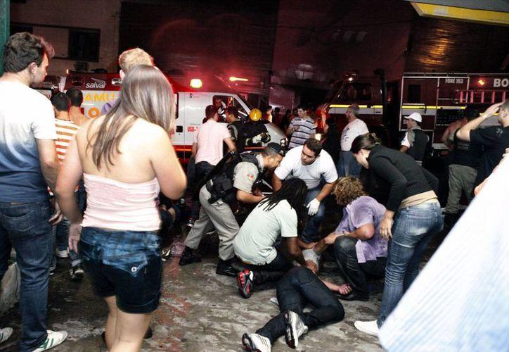Servicios de emergencias, bomberos y policías, en las inmediaciones de la discoteca Kiss, escenario de la tragedia. (EFE)