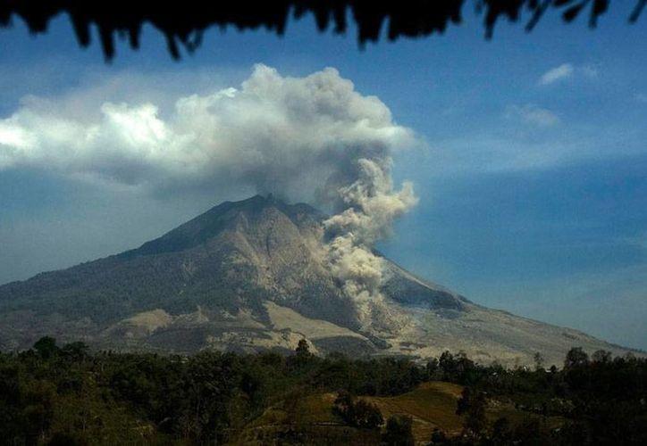El monte Sinabung tenía más de 400 años 'apagado'. Este año entró en actividad y en febrero pasado una erupción mató a 16 personas y dejó más de 22,000 damnificados, de los que casi un 20 por ciento aún permanece en albergues. (Archivo/Efe)