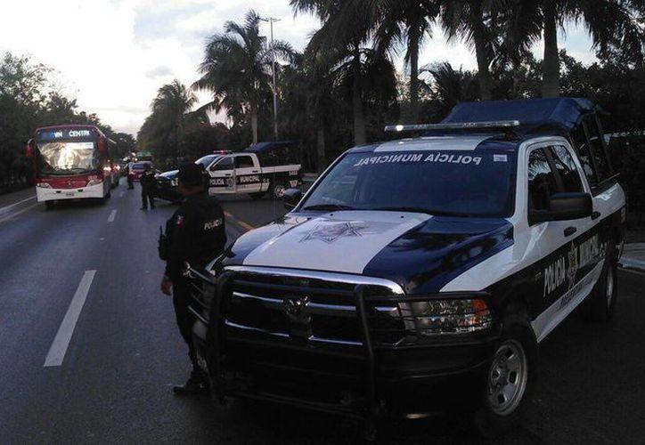 Elementos de seguridad instalaron un dispositivo de seguridad en el kilómetro cero de la zona hotelera de Cancún después del reporte. (Sergio Orozco/SIPSE)