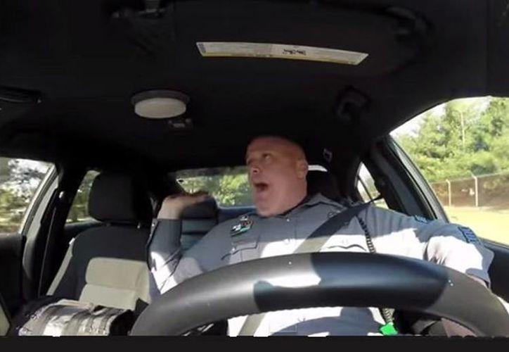 En el video se ve a Jeff Davis conduciendo un coche patrulla mientras simula que canta la canción Shake it Off de Taylor Swift. (YouTube)