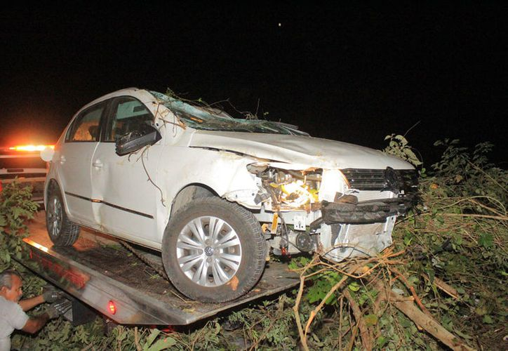 El automóvil terminó 15 metros dentro de una zona de maleza. (Redacción/SIPSE)