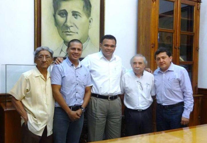 Los organizadores del proyecto del Salón de la Fama Yucateco visitaron al Gobernador, quien los recibió en el Salón de los Retratos. (Milenio Novedades)