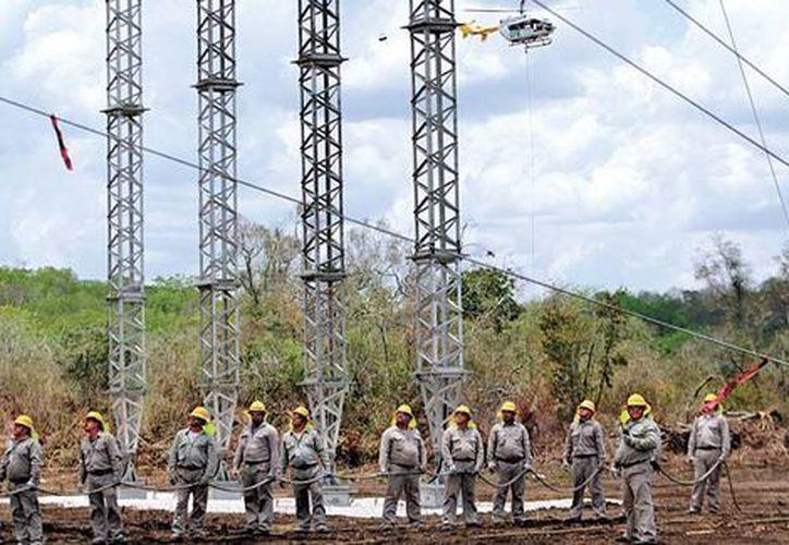La CFE ha desplegado mil 223 trabajadores, 172 grúas, 465 vehículos, 4 helicópteros, 7 vehículos todo terreno, como parte de prevención y atención de daños por Franklin. (Milenio/Jorge González)