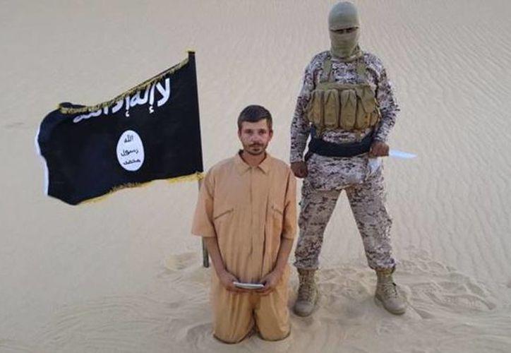 La fotografía tenía un pie de foto escrito en árabe donde se indicaba que Salopek fue asesinado 'por la participación de su país en la guerra contra Estado Islámico'. Imagen de contexto de un rehén del EI. (Archivo/Agencias)