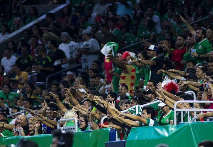 Los aficionados que griten '¡Eeeh pu...!' podrán ser denunciados a través de un SMS en la Copa Oro. (Milenio.com)