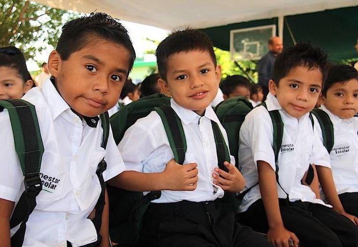 El Gobierno de Yucatán, a través del programa Bienestar Escolar, entrega paquetes de útiles, mochilas, un par de zapatos y dos camisas de uniforme para más de 230 mil alumnos de primarias. (Milenio Novedades)