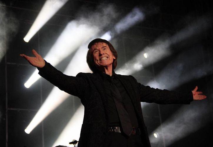 Raphael hizo que el público de Cancún se ponga de pie para ovacionarlo el sábado en la Plaza de Toros de Cancún. (Tomás Álvarez/SIPSE)