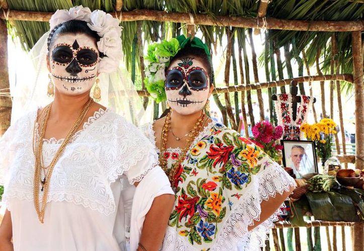 Gran fiesta de color y sabor se vivió desde temprano en la Plaza Grande de Mérida, con motivo de la Muestra de Altares y el Hanal Pixán. (José Acosta/SIPSE)