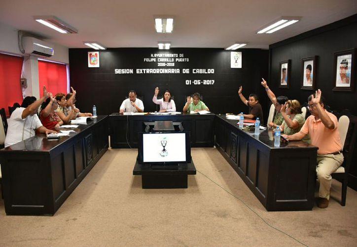La alcaldesa Paoly Perera Maldonado, junto con los regidores aprobaron la medida, que será enviada en respuesta a los legisladores. (Foto: Jesús Caamal / SIPSE)