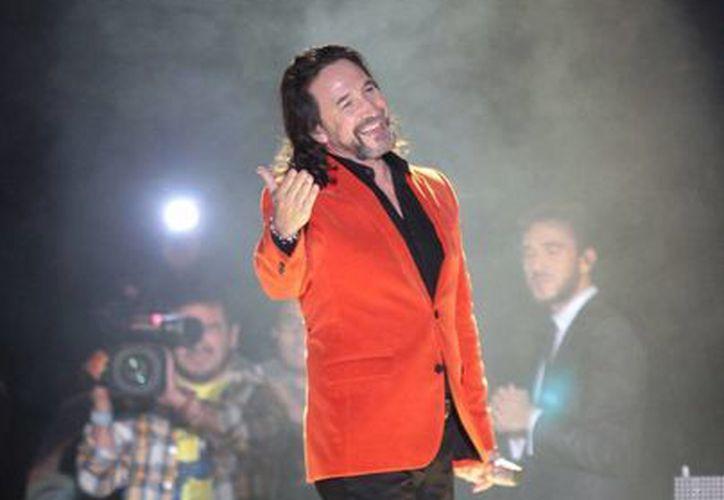 El cantante mexicano Marco Antonio Solís <i>El Buki</i> ya ganó  Disco de Oro y Platino, en México, Estados Unidos y Argentina por el nuevo disco <i>Gracias por estar aquí</i>. (Notimex)