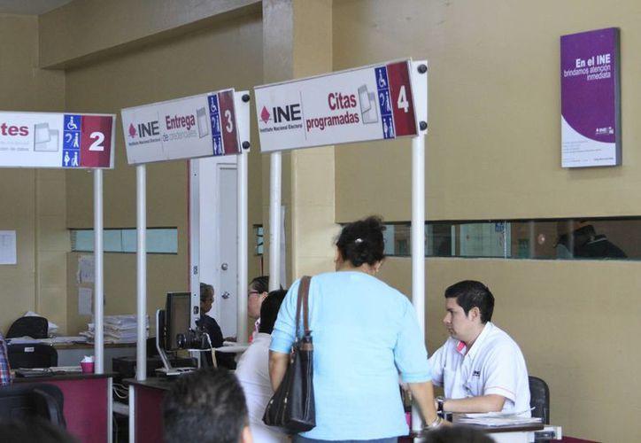 Debido a que muchos ciudadanos dejaron para último momento tramitar su credencial de elector, las oficinas (INE) abrirán sus puertas en horarios extra. (Harold Alcocer/SIPSE)