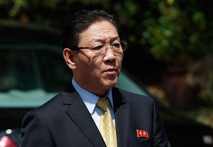 Imagen del 20 de febrero de 2017, del embajador de Corea del norte en malasia, Kang Chol. Este sábado, el Gobierno de Malasia dio al diplomático 48 horas para abandonar el país. (AP/Vincent Thian)