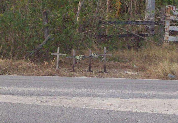 A la entrada de un rancho pusieron cuatro cruces y nichos en recuerdo de la tragedia. (Jorge Moreno/SIPSE)