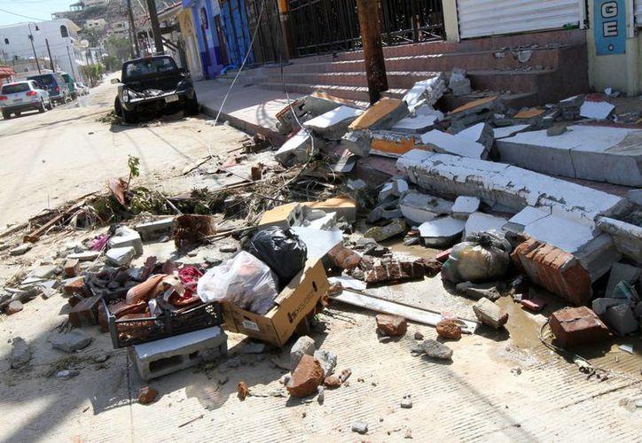 Árboles, postes de luz, techos y semáforos derribados, es los que se observó en algunas calles, después del paso del huracán Odile en Baja California Sur. (Notimex)