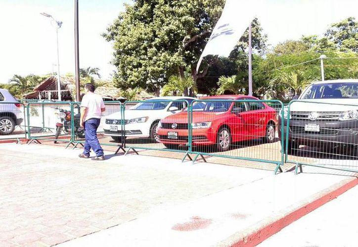 Entre los premios para los contribuyentes que realizaron el pago a tiempo hay tres automóviles. (Alejandra Galicia/SIPSE)