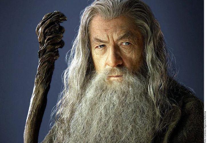 Ian McKellen repite su rol como el Mago Gandalf, que encarnó en la trilogía de El Señor de los Anillos, en El Hobbit: Un Viaje Inesperado. (Agencia Reforma)