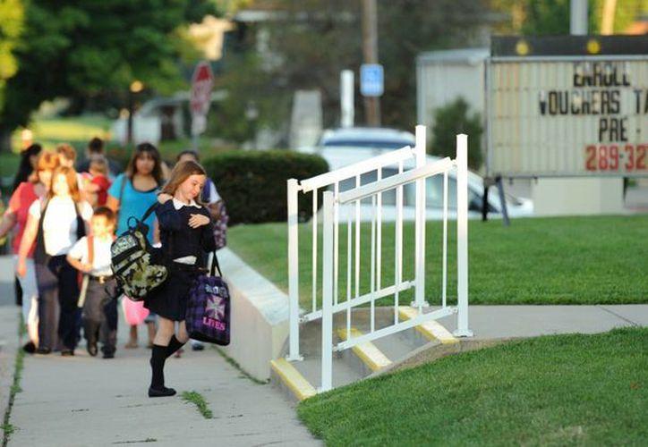 Imagen de estudiantes entrando a la Escuela Nuestra Señora de Hungría, en el lado oeste de South Bend, Indiana, para el primer día de clases. (Agencias)
