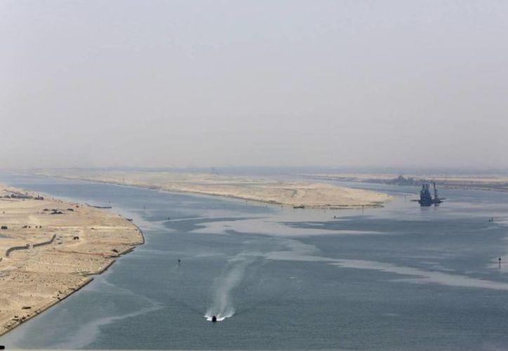 El presidente Abdel Fattah Al Sisi inauguró la obra con un desfile de aviones de guerra, helicópteros y barcos. Una vista de la ampliación del canal de Suez. (AP)