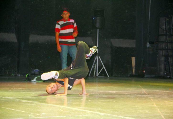 Numerosos jóvenes enseñaron sus habilidades dancísticas en el teatro Armando Manzanero. (Milenio Novedades)