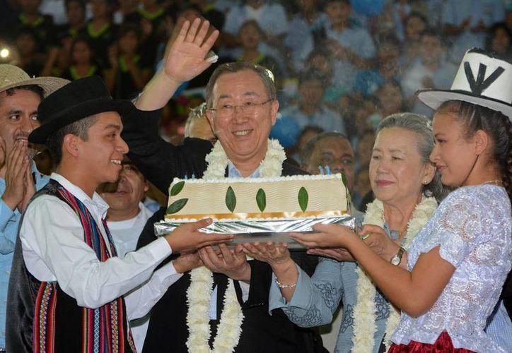 El secretario general de la ONU, Ban Ki-moon, es homenajeado por sus 70 años de edad, con un pastel en la localidad de El Torno en el departamento boliviano de Santa Cruz. (EFE)
