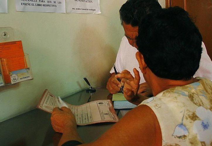 Decenas de solicitudes para corrección recibe el Registro Civil a diario. Imagen de una persona que realiza un trámite en esta dependencia. (Milenio Novedades)