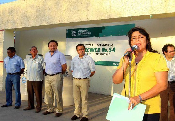 La directora de la Secundaria Técnica 54, Antonia Marlene Anguas Pérez, agradece los apoyos. (Cortesía)