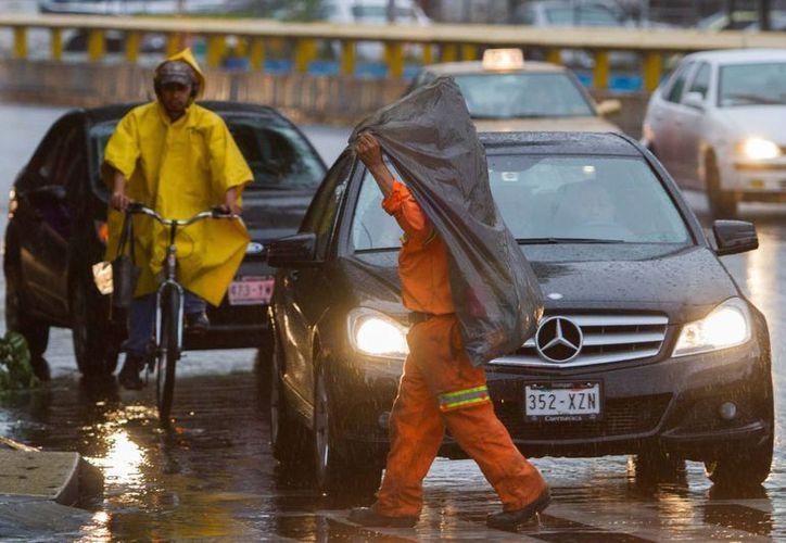 Intervalos de chubasco bañaron esta mañana las calles del DF. (Notimex)