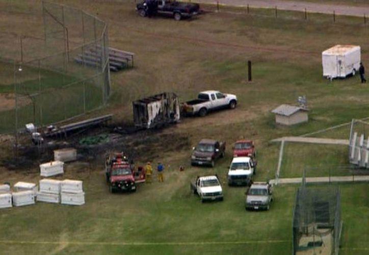 Imagen tomada de video proporcionado por WFAA-TV en Dallas, que muestra los escombros ocasionados por una explosión de fuegos pirotécnicos en Comanche, Texas, este jueves. (Foto AP/WFAA-TV)
