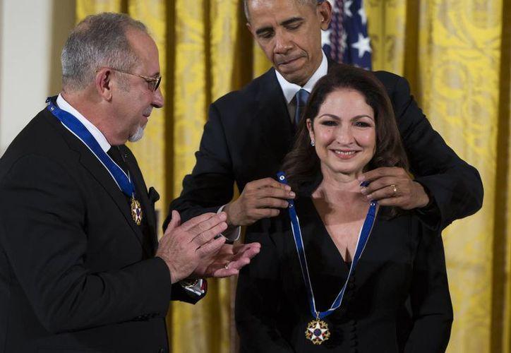 Gloria y Emilio Estefan al momento de ser reconocidos por el presidente Barack Obama con la Medalla de la Libertad, que es la principal condecoración civil que otorga el gobierno de Estados Unidos. (AP)