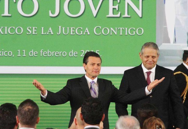 El presidente Enrique Peña Nieto anunció el programa crediticio para jóvenes en una ceremonia celebrada en la explanada Francisco I. Madero de la Residencia Oficial de Los Pinos. (Notimex)