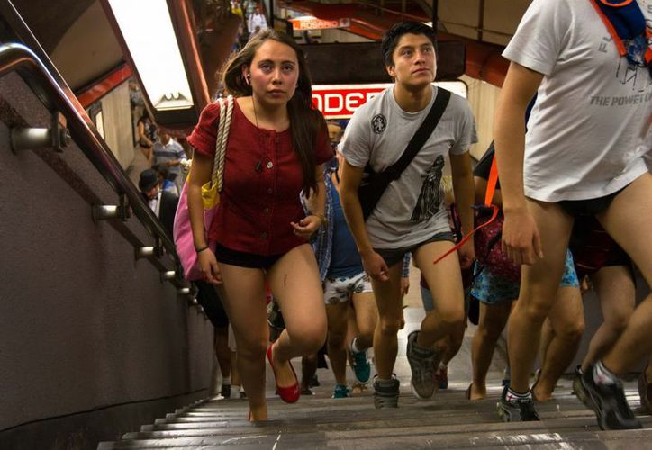 Cerca de 2 mil 500 personas se despojaron de pantalones, faldas y pants dentro de los vagones del Metro. (Notimex)