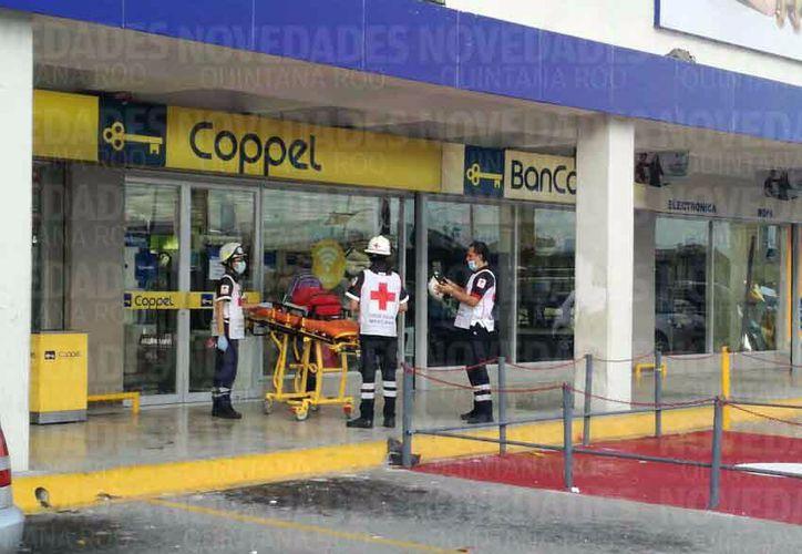 Paramédicos de la Cruz Roja, trasladaron a un lesionado. (Luis Hernández).