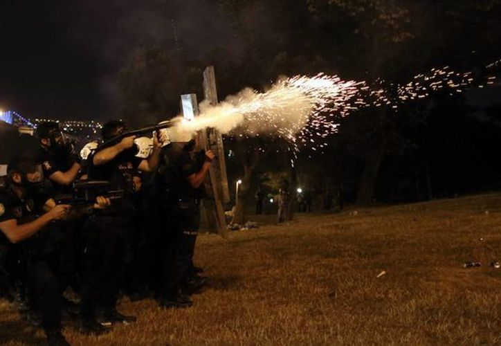 La policía se enfrenta a los manifestantes en Estambul, Turquía. (EFE/Archivo)