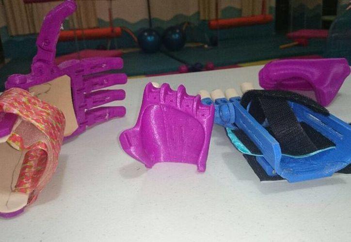 La prótesis 3D de la niña de ocho años ya está en fase de acostumbrarse a su uso. (Israel Leal/SIPSE)