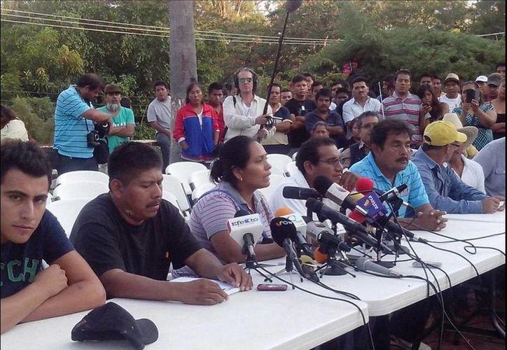 Los padres de los normalistas ofrecieron una  conferencia de prensa tras avances en las investigaciones de PGR (Twitter.com/@MTSdeMexico)