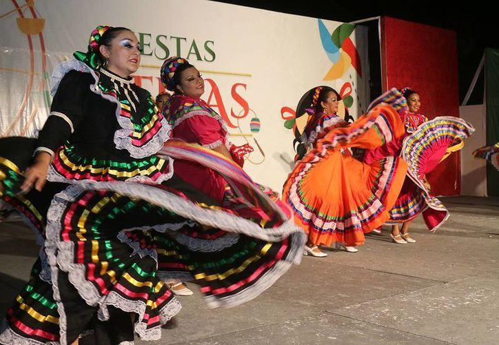 """El grupo de danza folklórica """"Vamos Danzando"""" se presentó en el parque de Quintana Roo en Cozumel. (Redacción/SIPSE)"""