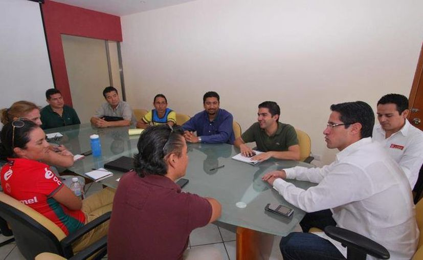El alcalde, el delegado de la SCT y ciclistas se reunieron en la Comuna. (Cortesía/SIPSE)